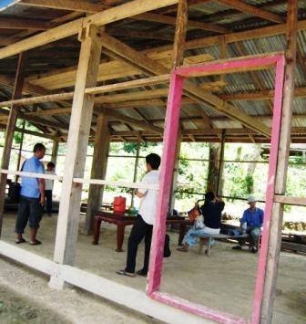 Besprechung in der halbfertigen Dorfhalle