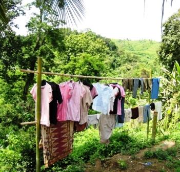 Überall hängt frisch gewaschene Wäsche
