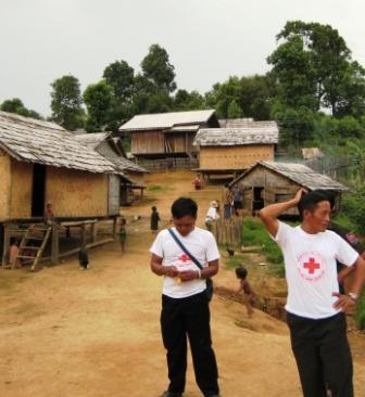 Rot-Kreuz-Freiwillige im Dorf