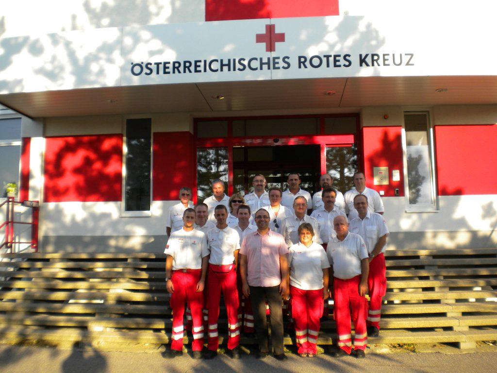 Gruppenbild vor dem Katastrophenhilfezentrum des ÖRK in Wien