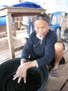 Eine Frau zeigt vor, wie man richtig Hände wäscht
