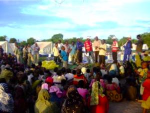 Familien warten auf Hilfe durchs Rote Kreuz und anderen Partnern. Photo by TRCNS.
