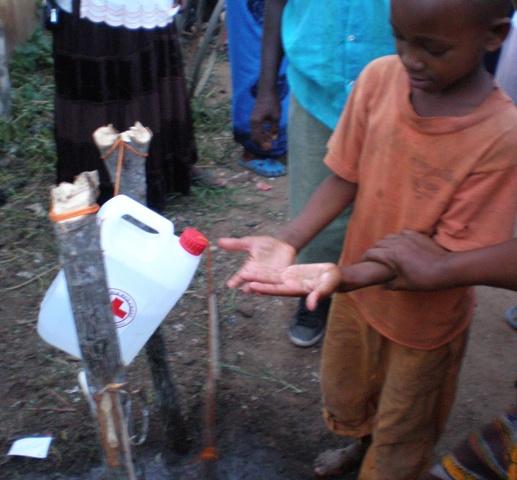 Ein stark im Einsatz befindliches Tippy Tap am Markplatz von Kimamba town
