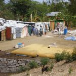 Camp im Vordergrund Bladdertank fuer Trinkwasser