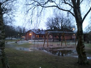 Sonntagfrüh, leerer Kinderspielplatz in Revinge