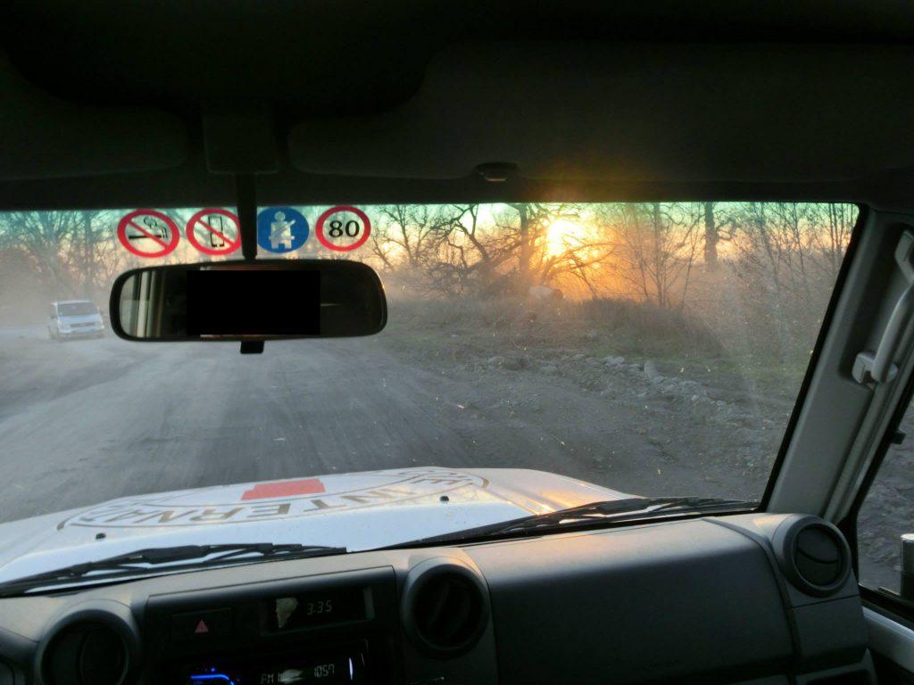 Die lange Autofahrt durch die Ukraine im IKRK-Landcruiser ist beschwerlich. AUfgrund der Sicherheitslage darf nur bei Tageslicht gefahren werden.