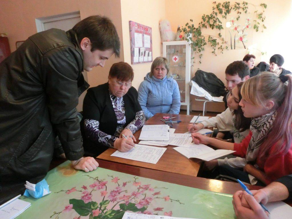 Briefing der Freiwilligen, die die Verteilung der Hilfsgüter, besser gesagt der Gutscheine für das Baumaterial, durchführen werden.