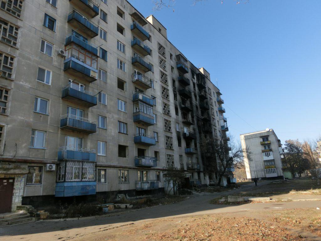 Zerstörte Wohnhäuser in der Ostukraine. Das Rote Kreuz hilft den Bewohnern, der teilweise zerstörten Häuser beim Winterfest-machen.