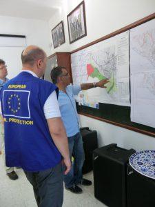 Europäische Zivilschutzteams tragen die charakteristischen blauen Westen