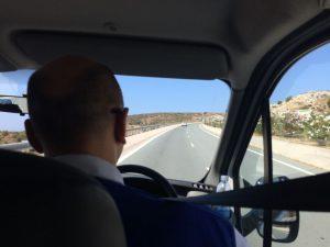 Der Autor am Steuer eines zypriotischen Wagens. Wegen der britischen Geschichte fährt man hier links.
