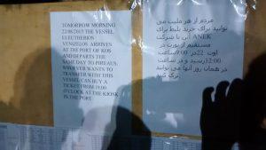 Hinweis auf Tickets für Migranten am Blackboard bei Polizeistation