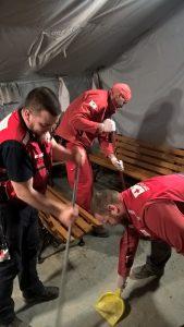 Das Ambulanzzelt muss regelmäßig gereinigt werden. Ein Job für alle Teammitglieder.