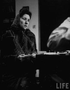 Arme Frau in England beim Arzt. Bild: Life! Mark Kauffman 1949